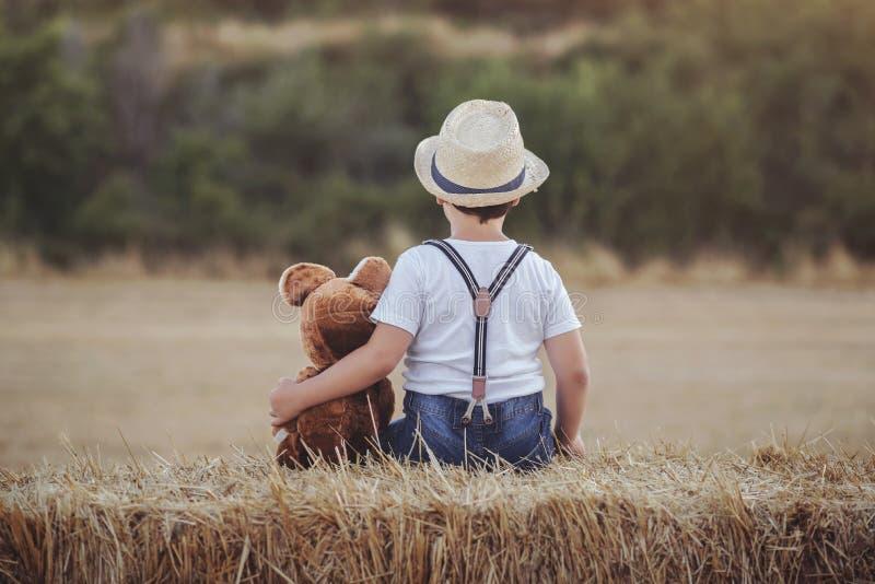Barn med nallebjörnen arkivfoton