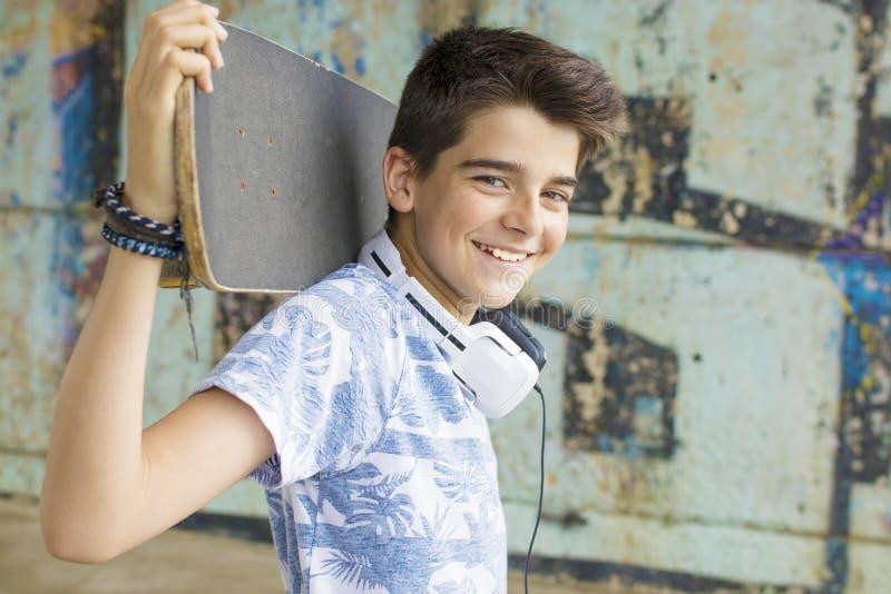 Barn med skateboarding royaltyfria bilder