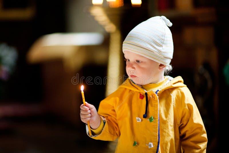 Barn med stearinljuset arkivfoton