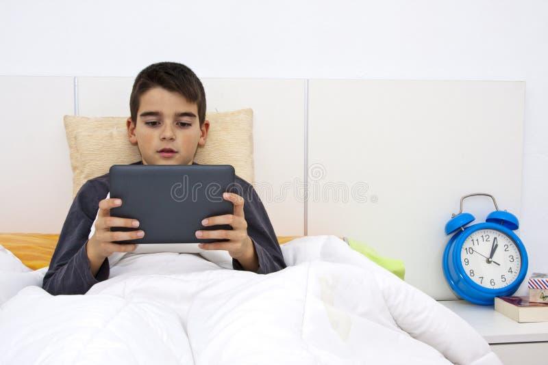 Barn med tableten royaltyfri bild