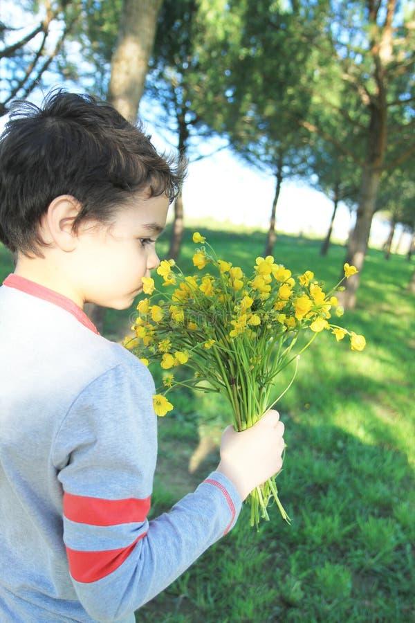 Barn med vildblommor royaltyfri fotografi