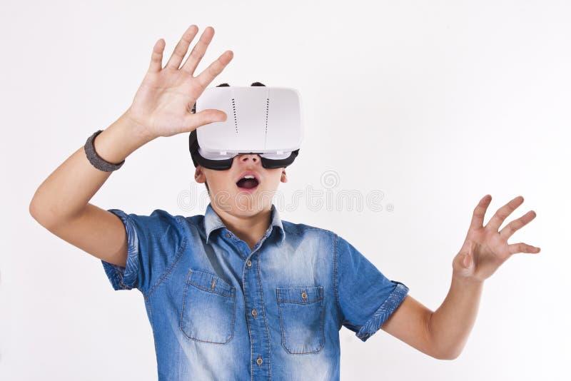 Barn med virtuell verklighet arkivbilder