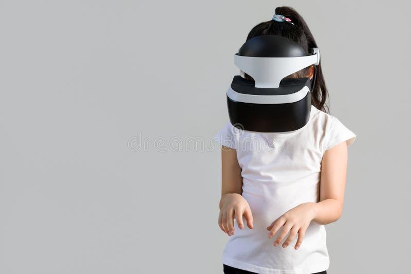 Barn med virtuell verklighet, VR, hörlurar med mikrofonstudioskott som isoleras på vit bakgrund Unge som undersöker Digital den f royaltyfria bilder