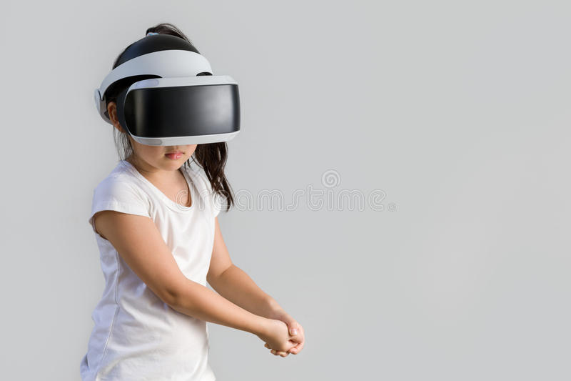Barn med virtuell verklighet, VR, hörlurar med mikrofonstudioskott som isoleras på vit bakgrund Unge som undersöker Digital den f arkivbild