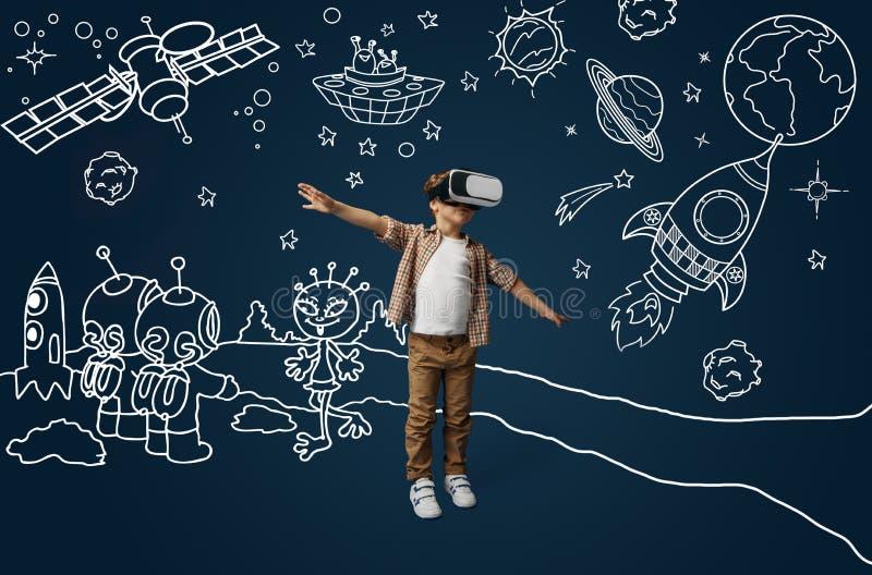Barn med virtuell verkligheth?rlurar med mikrofon fotografering för bildbyråer