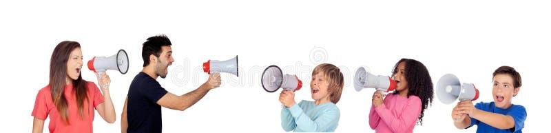 Barn mot vuxna människor som skriker med megafoner royaltyfri bild