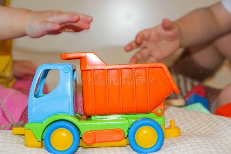 Barn och en färgrik skrivmaskin Leksak för barn` s på backgren royaltyfri bild