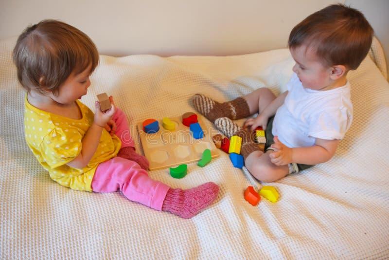 Barn och en färgrik skrivmaskin En leksak för ungarna L royaltyfri foto