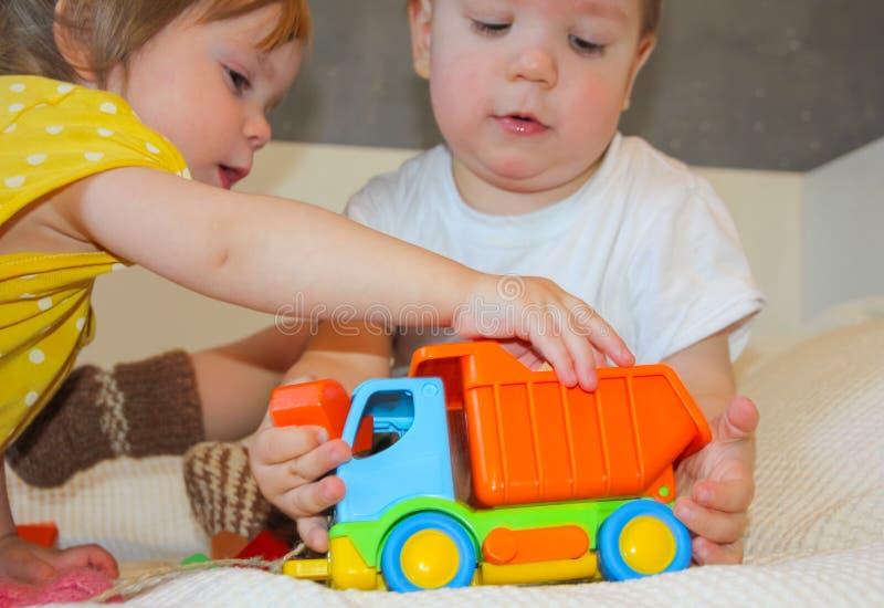 Barn och en färgrik skrivmaskin En leksak för ungarna L arkivfoto