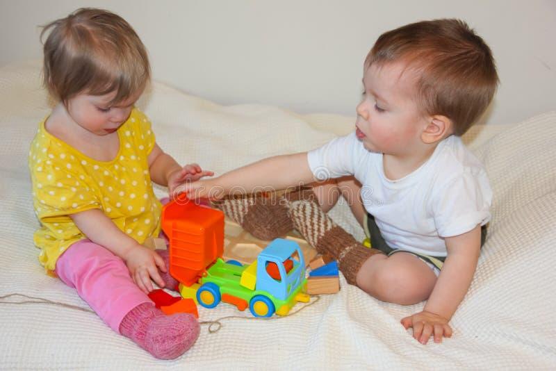Barn och en färgrik skrivmaskin En leksak för ungarna L royaltyfria bilder