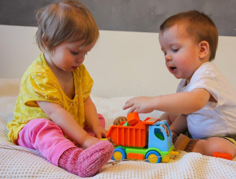 Barn och en färgrik skrivmaskin En leksak för ungarna L royaltyfria foton