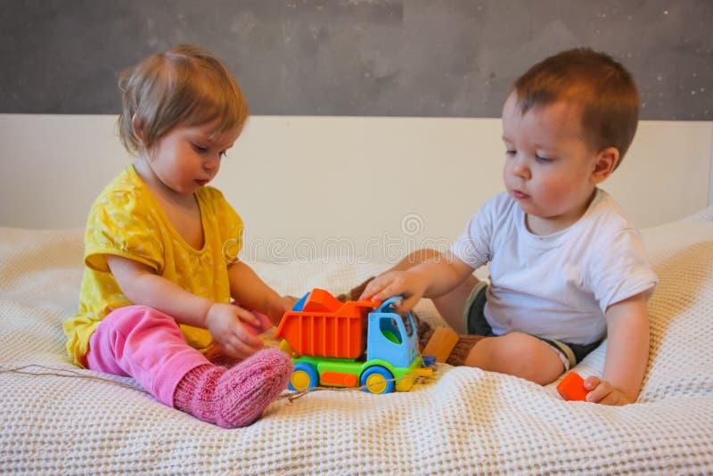 Barn och en färgrik skrivmaskin En leksak för ungarna L arkivbilder