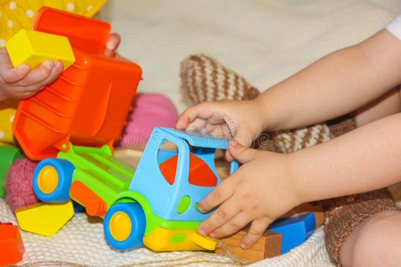 Barn och en färgrik skrivmaskin En leksak för ungarna L royaltyfri bild