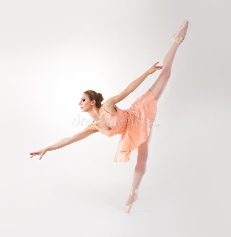 Barn och färdig kvinnlig balettdansör i en orange klänning arkivfoto