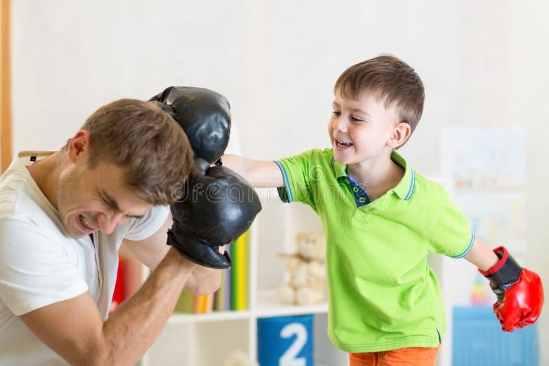 Barn- och farsalekboxning royaltyfria foton