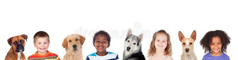 Barn och hundkapplöpning, en bra kombination arkivfoto