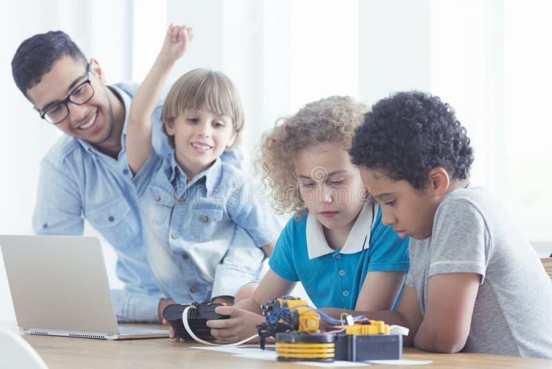 Barn och lärare under grupper arkivfoton