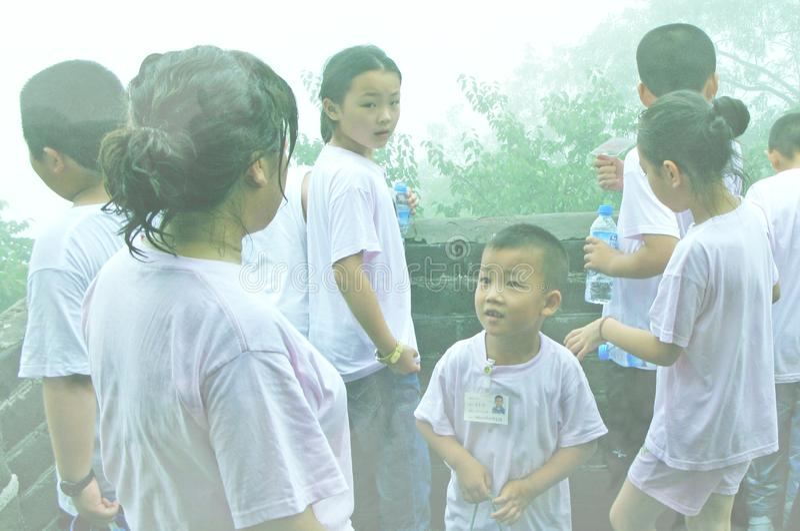 Barn och moder på den kinesiska väggen som är bifogad i dimma arkivfoto