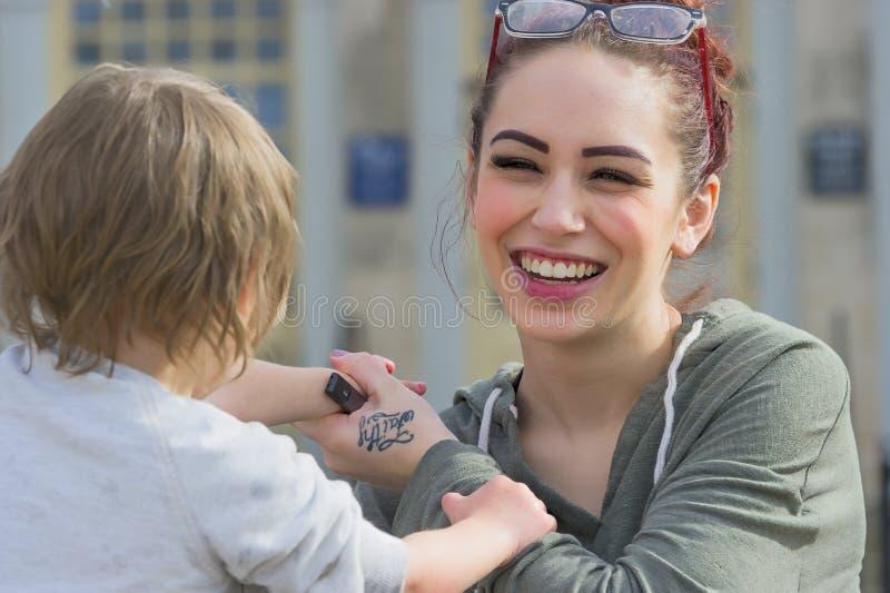 Barn och moder som har gyckel royaltyfri fotografi