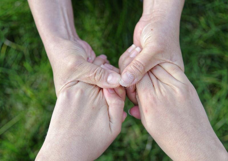 Barn- och moderinnehavhänder royaltyfri foto