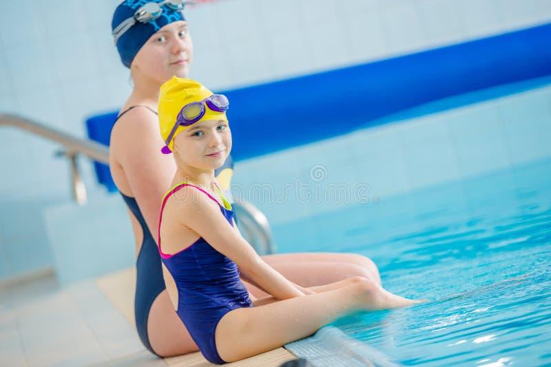 Barn och simbassäng arkivbild