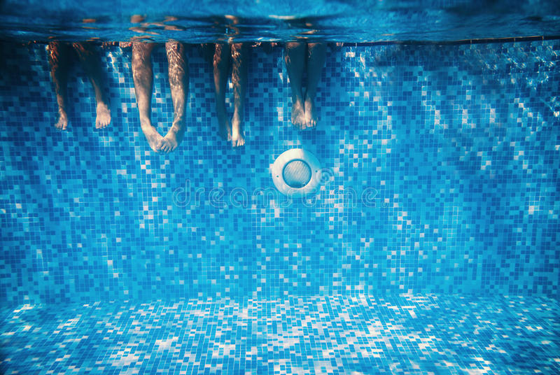 Barn och undervattens- vuxen människaben royaltyfri foto