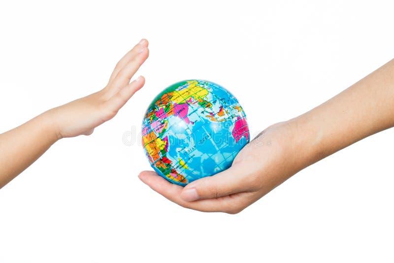 Barn och vuxen människa som rymmer ett världsjordklot i händer arkivfoto