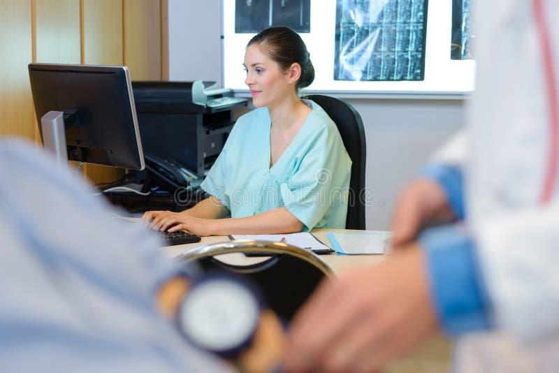 Barn och yrkesmässig sjuksköterska som arbetar i medicinskt kontor royaltyfria bilder
