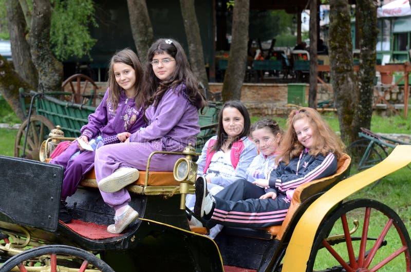 Barn på åldern av sju eller åtta som spelar i ett nöjesfält royaltyfri foto