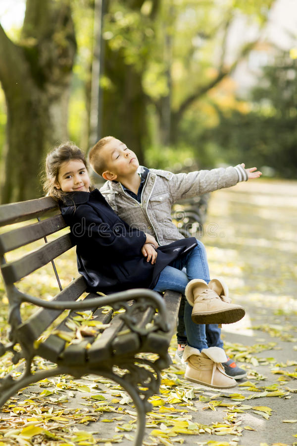 Barn på bänken royaltyfria foton