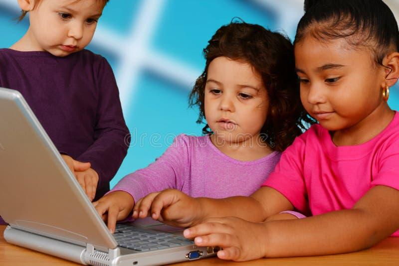 Barn på datoren arkivbild