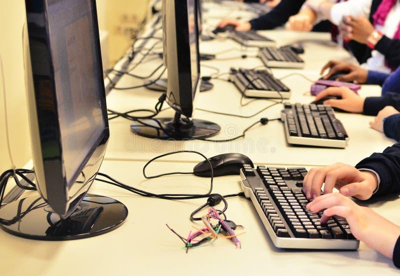 Barn på datorgruppen royaltyfri foto