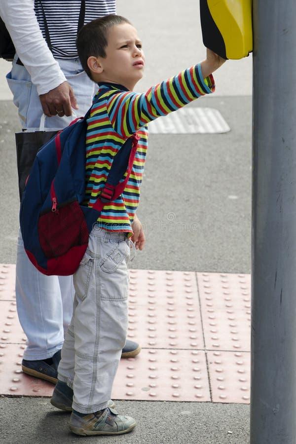 Barn på den fot- vägkorsningen royaltyfri foto
