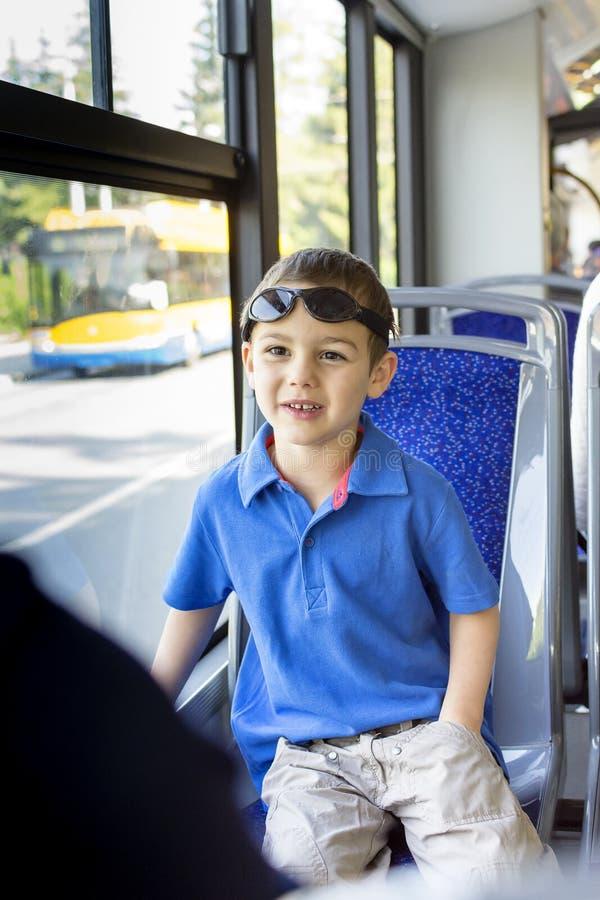 Barn på den offentliga bussen arkivfoto