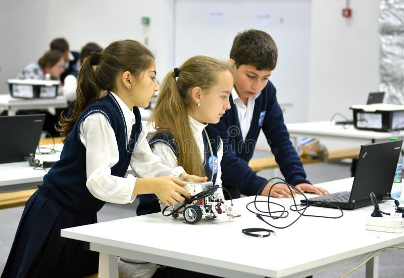 Barn på den Robotic olympiaden Ryssland 2014 för värld i Sochi royaltyfria foton
