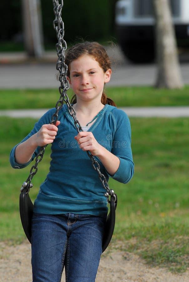 Barn på en swing arkivfoton