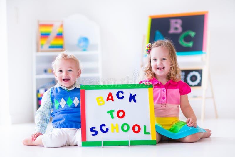Barn på förskole- målning royaltyfri fotografi