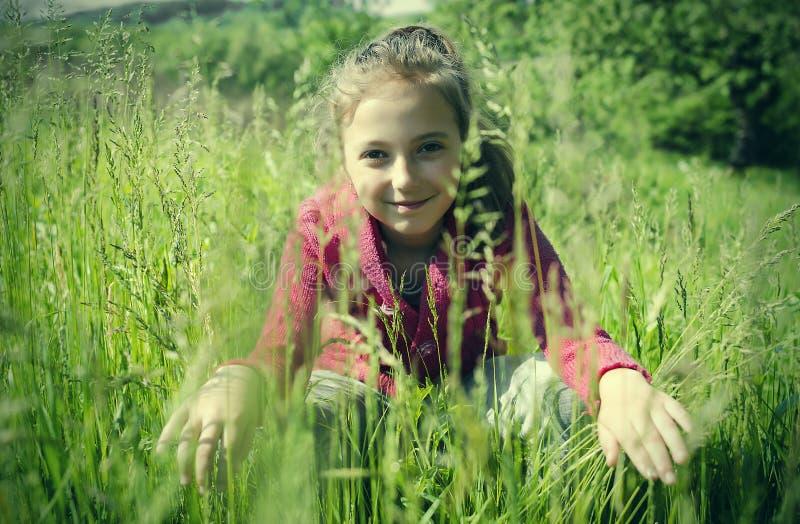 Barn på gräset royaltyfria bilder