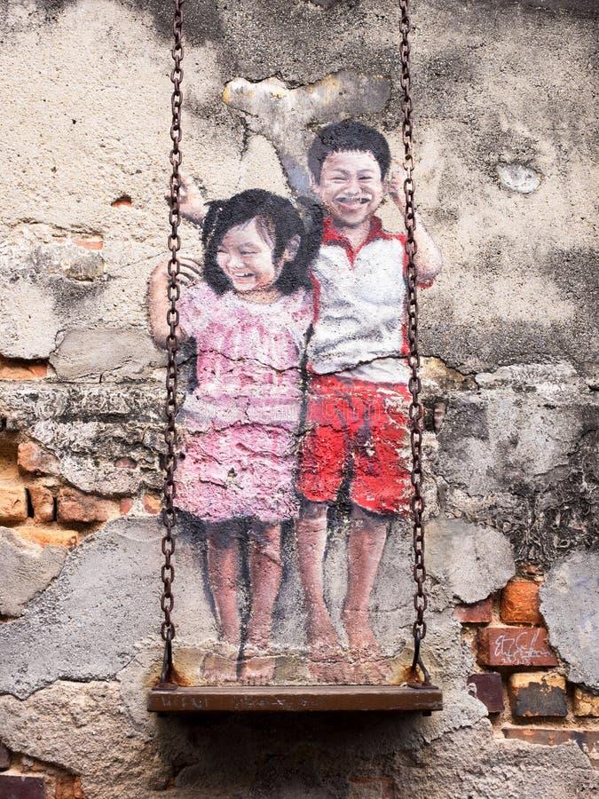Barn på gungagatan Art Piece i Georgetown, Penang, mor royaltyfri bild