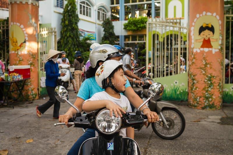Barn på hans mammas cykel arkivbild