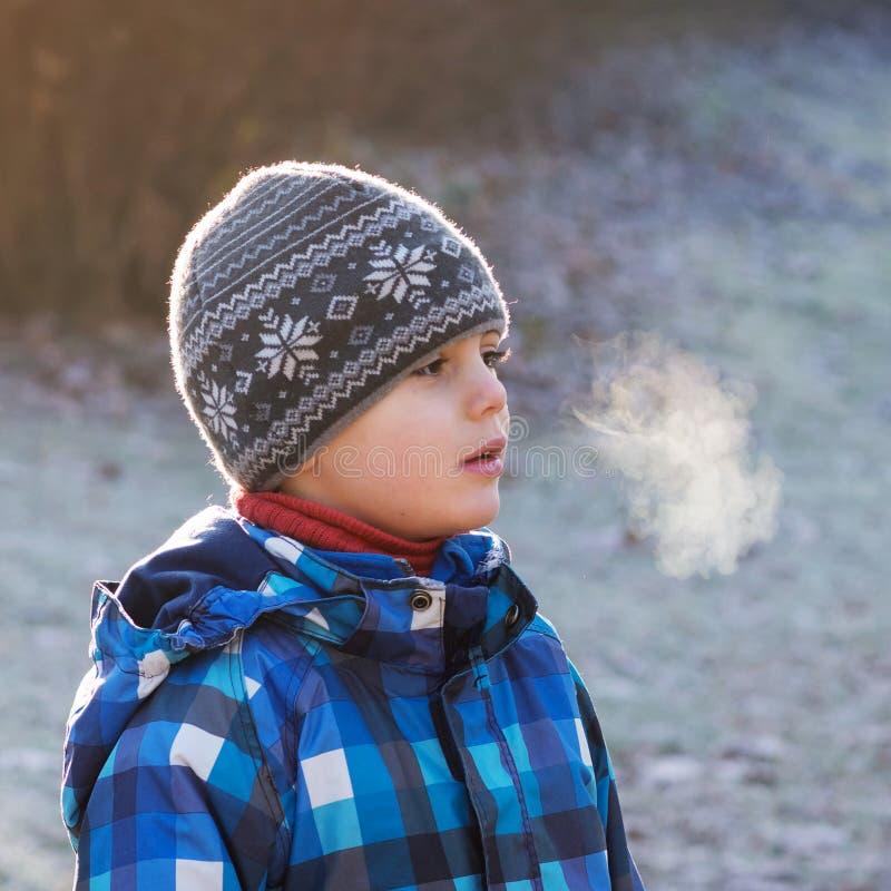 Barn på kall frostig dag arkivbilder