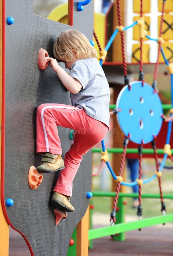 Barn på klättring-väggen fotografering för bildbyråer