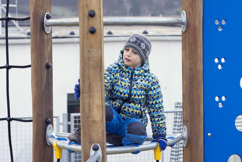 Barn på lekplatsen i vinter arkivfoto