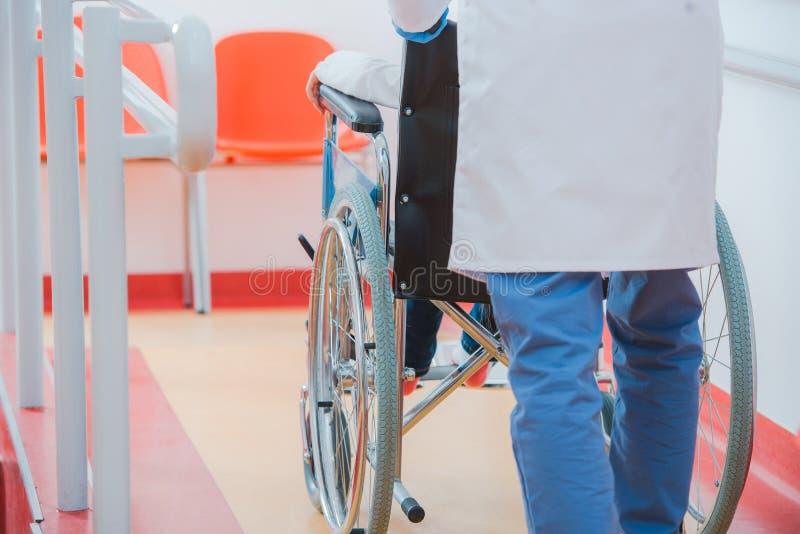 Barn på rullstolen royaltyfri bild