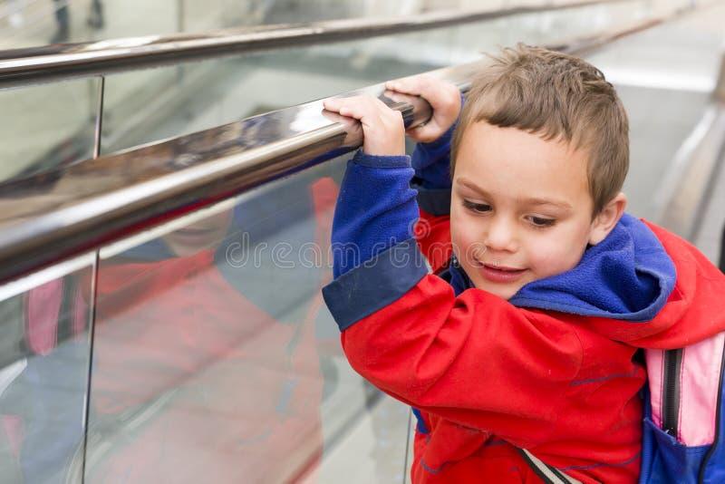 Barn på rulltrappan royaltyfri bild