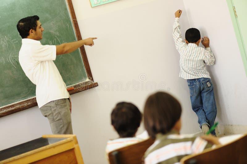 Barn på skolaklassrumet arkivfoton