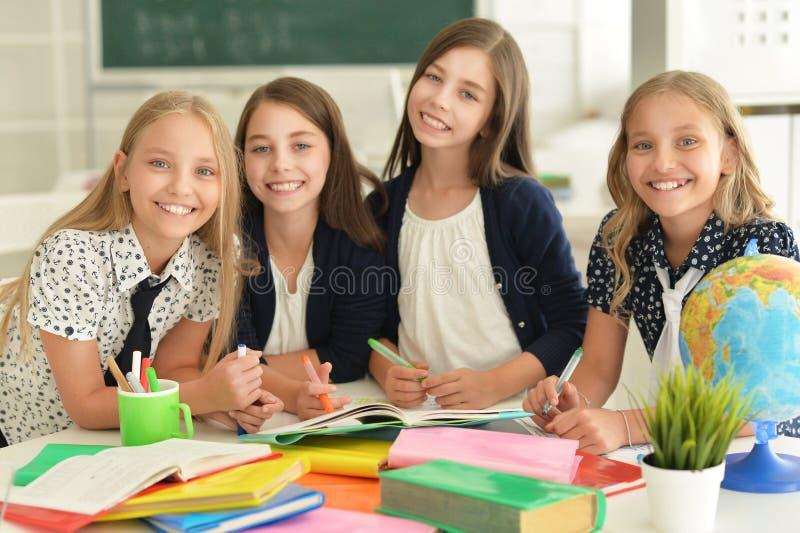 Barn på skolan i kurser arkivbilder