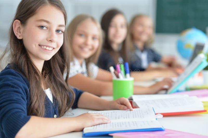 Barn på skolan i kurser arkivbild