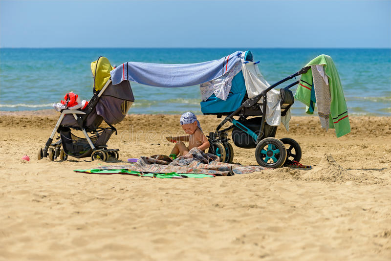 Barn på stranden royaltyfri foto