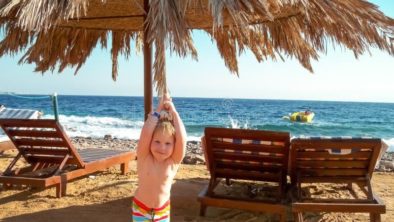 Barn på stranden royaltyfri fotografi